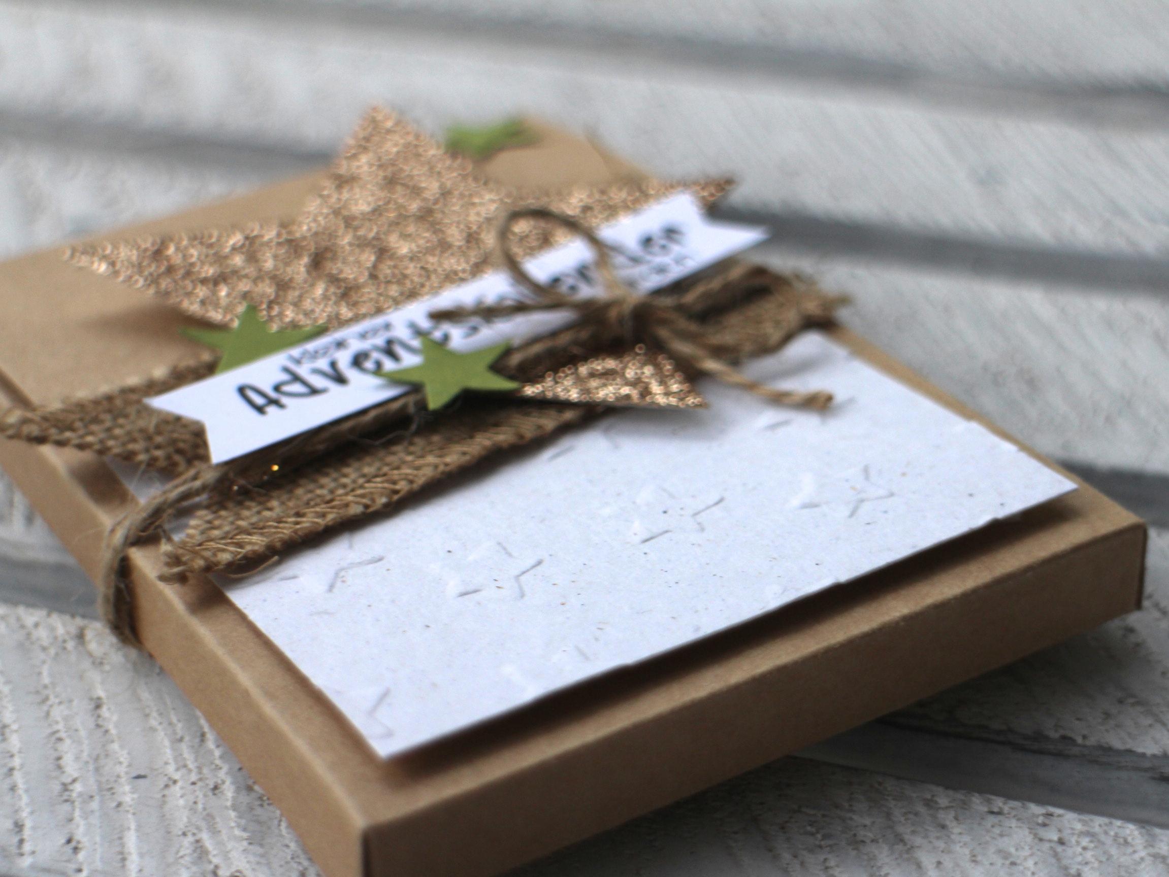 """""""Adventskalender to go"""" - Stampin´ Up! Artisan DesignTeam BlogHop 13.11.2014 - Verpackung mit Prägefolder """"Glückssterne"""" und Juteband Detailbild02"""
